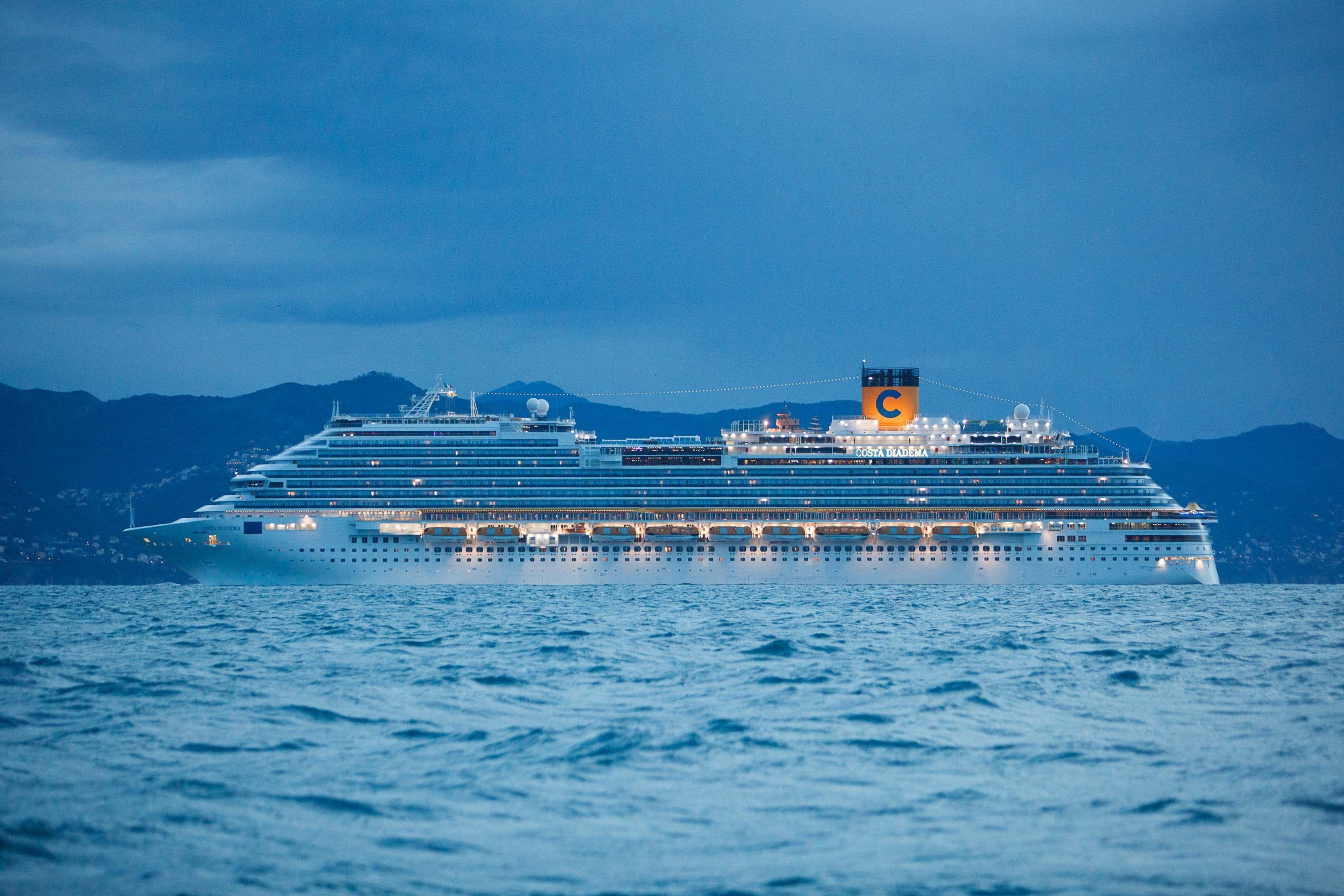 Premières photos du Costa Diadema en mer de nuit