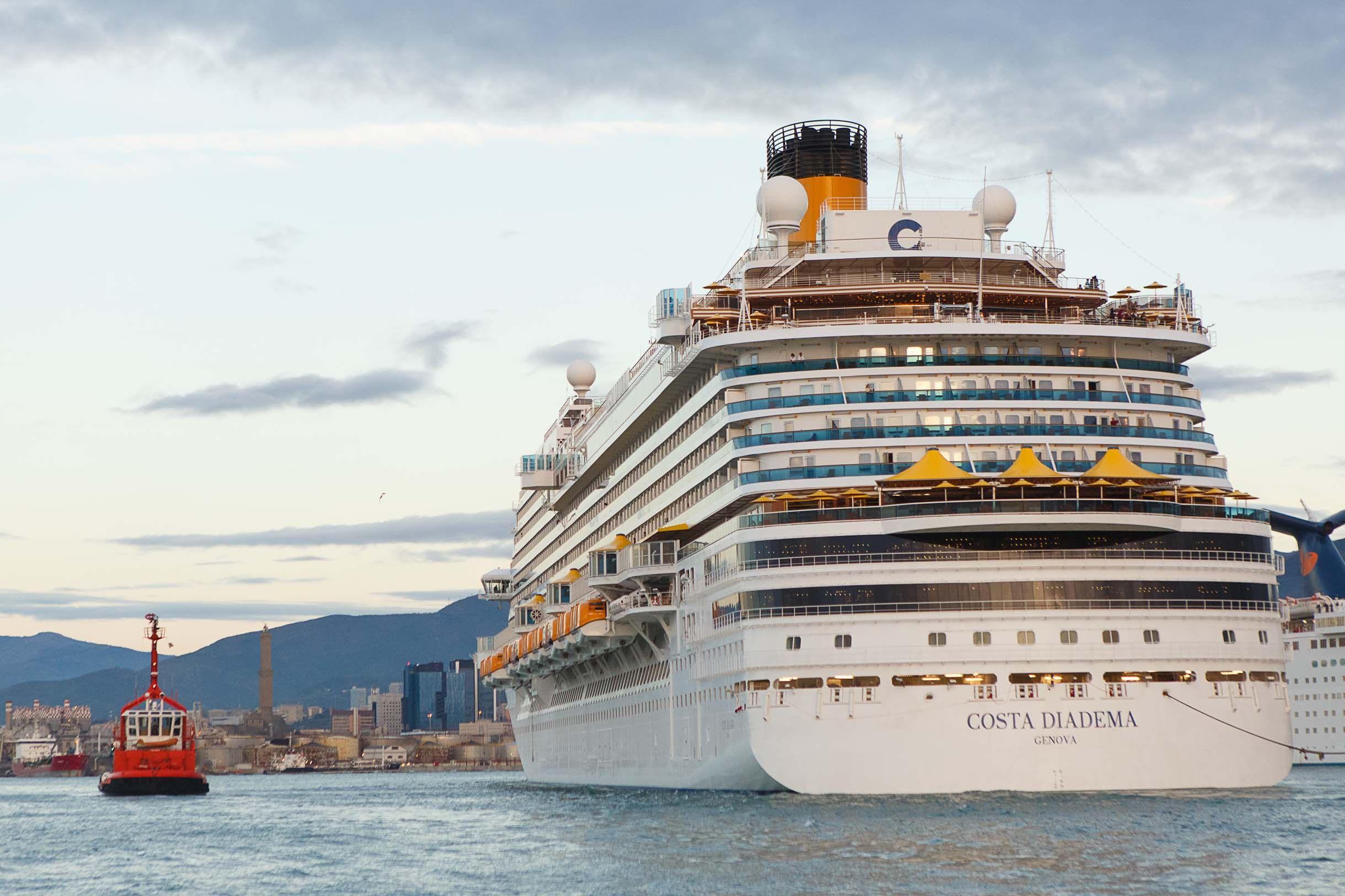 Premières photos du Costa Diadema en mer : départ du port